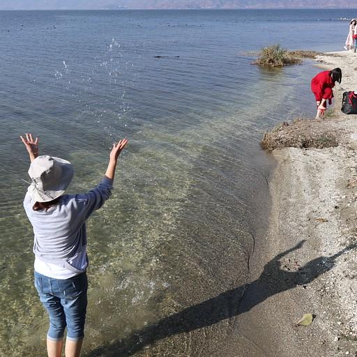 סיניות משפריצות מים בשביל התמונה, אגם Erhai