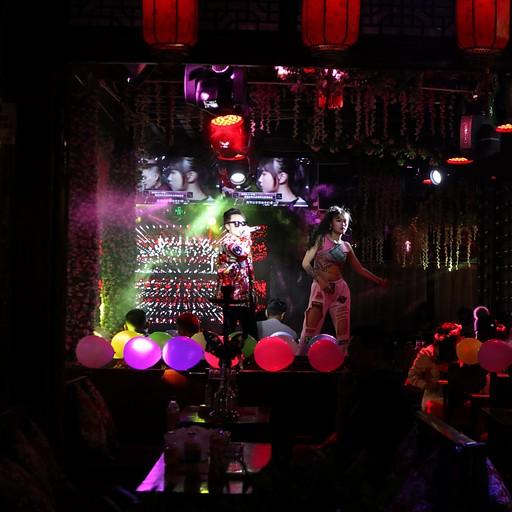 ברחובות העיר העתיקה בלילה - סצנת ריקודים ובילויים