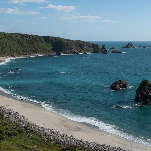 יש אפשרות לרדת לחוף, לא יודעים אם חוקי או לא, אבל ראינו הרבה צעדים על החול