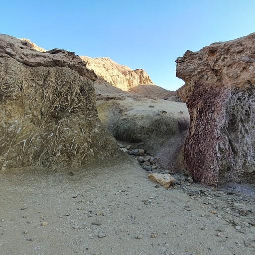 יציאה מקניון שחורת - שני סלעים מיוחדים שמסמנים את הפניה שמאלה