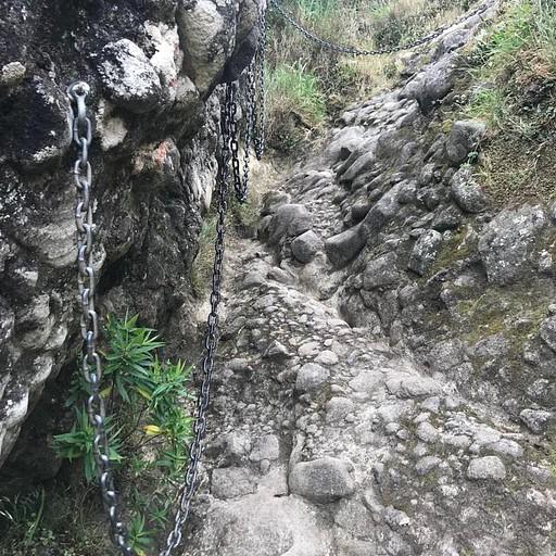 השרשראות שעולות אל הסלע
