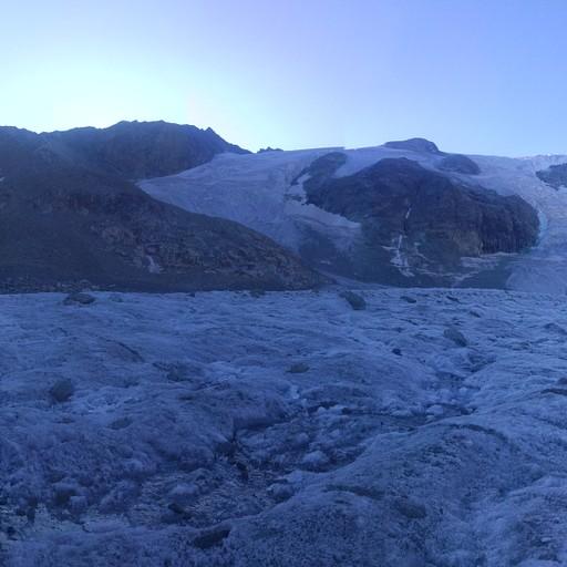 הקרחון בשעות הבוקר נוח להליכה.