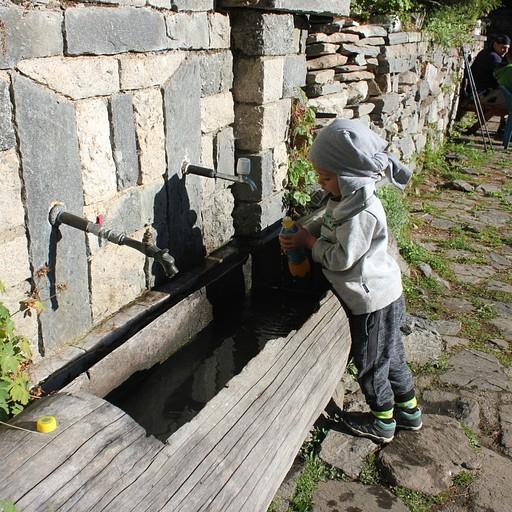 ממלאים מים בבקתת סקקביצ'ה