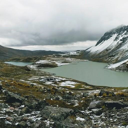 תצפית מושלגת על האגמים
