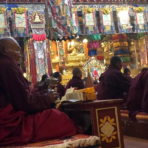 נזירים בשעת תפילה