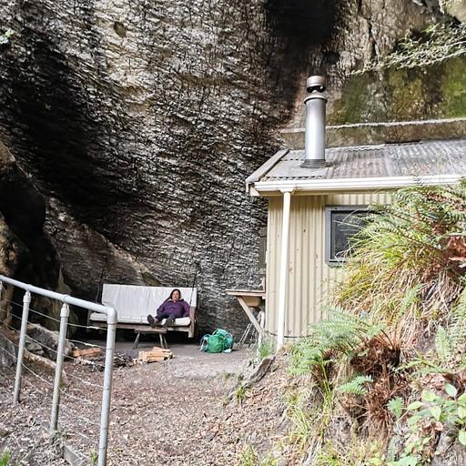 בקתת Upper Gridiron - המצוק מאחור הוא הגג של חלק מהבקתה