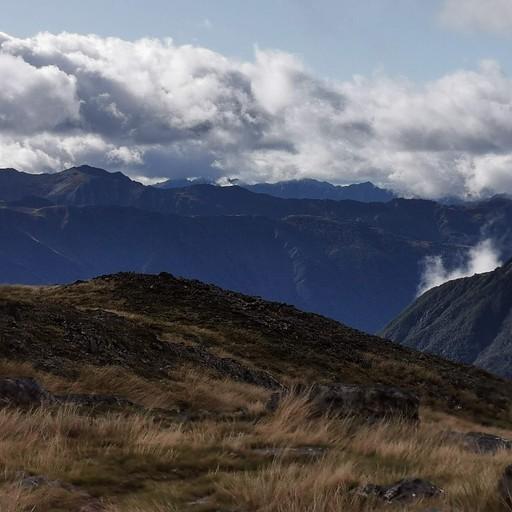עמק נהר ה- Travers לפני רדת הערפל