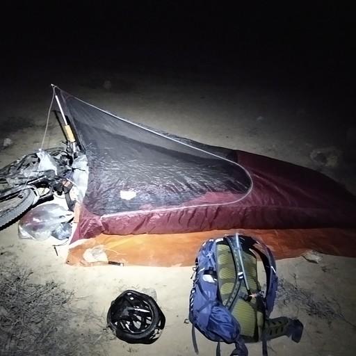 אוהל להגנה מטל רוח וחרקים ואפשר נגד גשם. הוגה הפטנט הוא אבא שלי