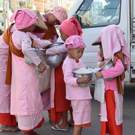 נזירות יוצאות לבקש אוכל ברחובות מנדליי, כל יום בשעה 11:00 בבוקר