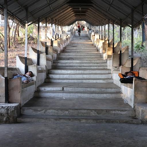 המדרגות במעלה גבעת מנדליי (Mandalay Hill)