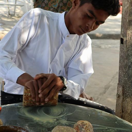 אבקת זהב שהבורמזים שמים על הפנים - מכינים מעץ ומים. הסבירו לנו שהיא טובה לעור הפנים, נגד השמש וגם דוחה יתושים!