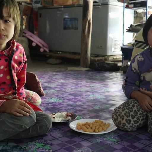 הבנות של בעלת בית התה במפלי Dee Dot אוכלות במבה