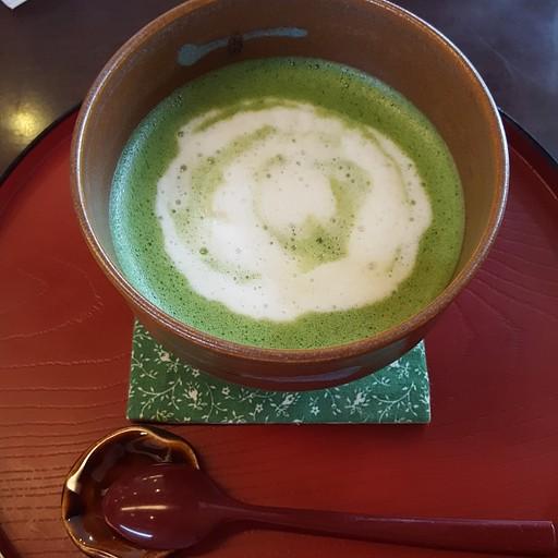 משקה מאצ'ה לאטה מסורתי -  hanausagi בית קפה