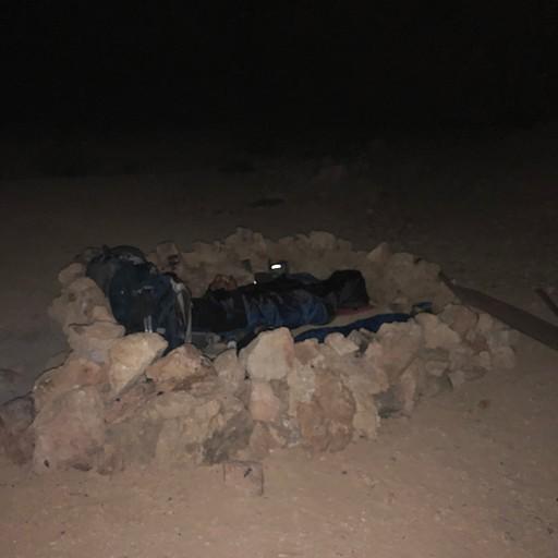 מגן רוח מאבנים בחניון לילה (קליק להגדלה)