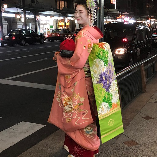 Maiko in Gion