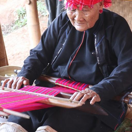 זקנה אורגת תיק, עצירת תה באחד הכפרים