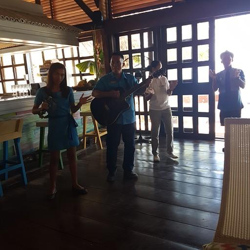 סגל המלון שר שירי welcome and goodbye וכל ערב וצהריים שרו שירי רקע בארוחות.
