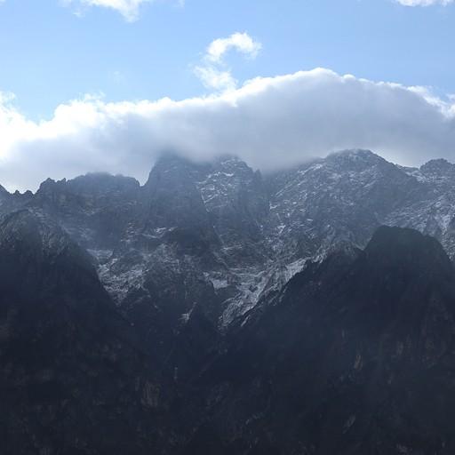ירד שלג בלילה על ההרים