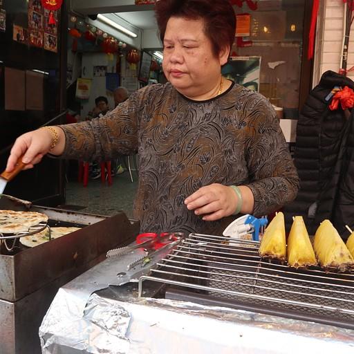 נשנושי רחוב - אננס על הגריל ופיתה מלוואח סטייל בכפר Tai O
