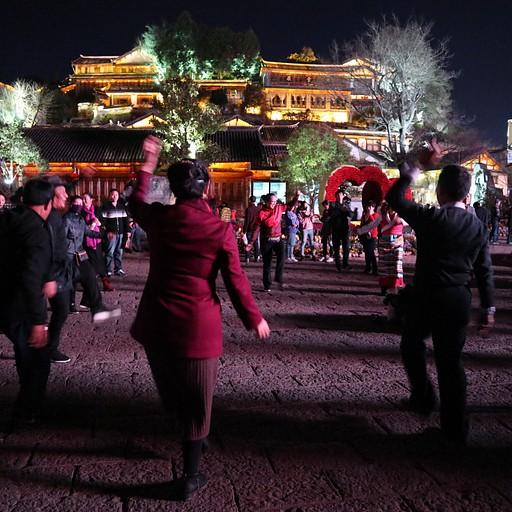 כל ערב בשעה 19:00 בכיכר הגדולה יש ריקודי עם שכולם מוזמנים להצטרף!