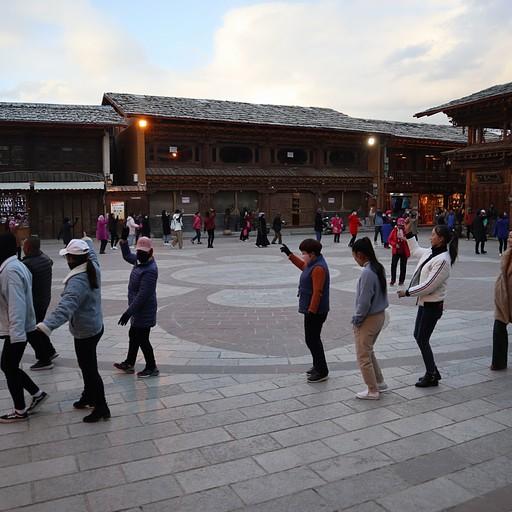 ריקודים טיבטיים, כל יום בכיכר בשעה 19:00