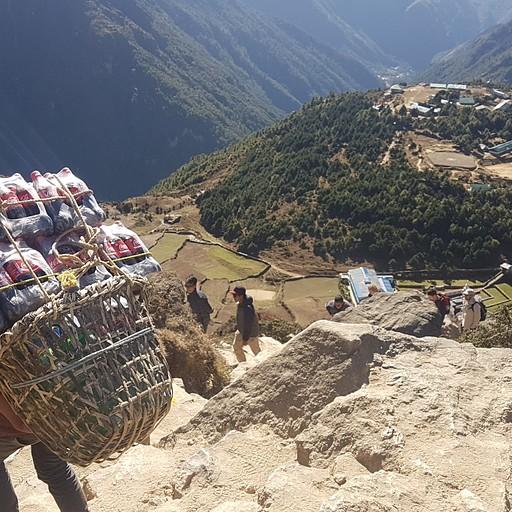 פורטרים סוחבים בקבוקי קולה אל הכפרים באיזור