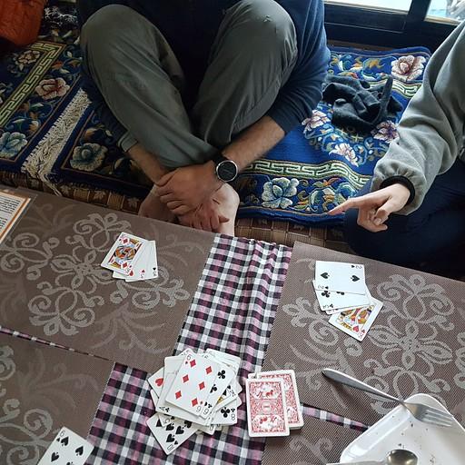 מנצלים ימים קצרים למנוחה במשחקי קלפים
