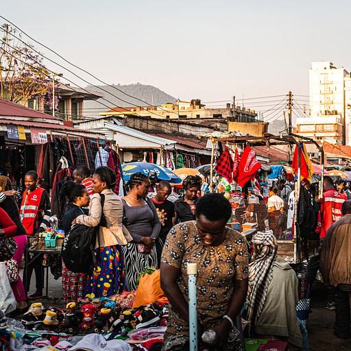 אינסוף בגדים, שקים מלאים בכפכפים ועגלות מלאות בנעליים. אוכל רחוב ולעשות כרטיס סים בשוק. פשוט מדהים