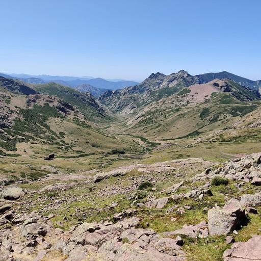 נוף שכבר מתחיל להראות קצת אחר, יותר כרי דשא, פחות הרים משוננים