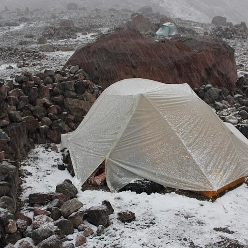 האוהל עומד בגבורה בסופה