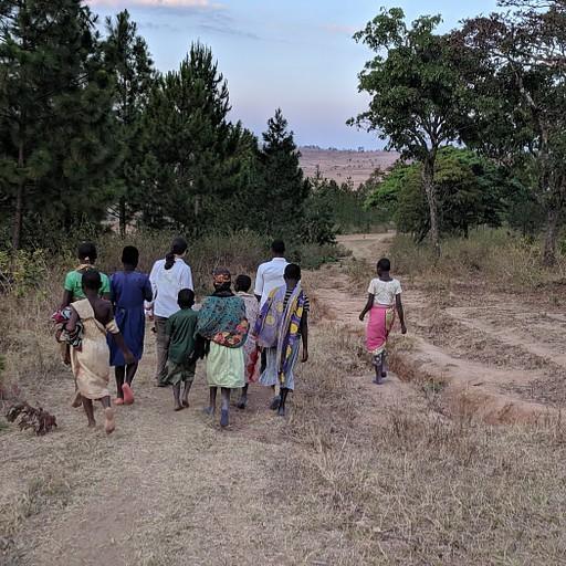 ילדים מלווים אותנו אל אתר ציורי הקיר העתיקים