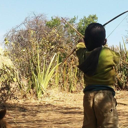 ילד מתאמן בחץ וקשת