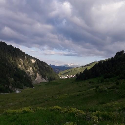 ההליכה בעמק לכיוון נקודת חציית הנחל - מבט לאחור לכיוון הכפר אדישי