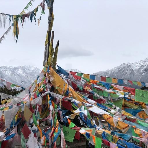 סטופה טיבטית על רקע הר הגונגה - 7556 מטר
