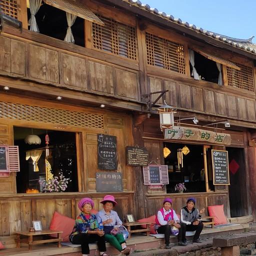 נשים מקומיות בכיכר העיר העתיקה