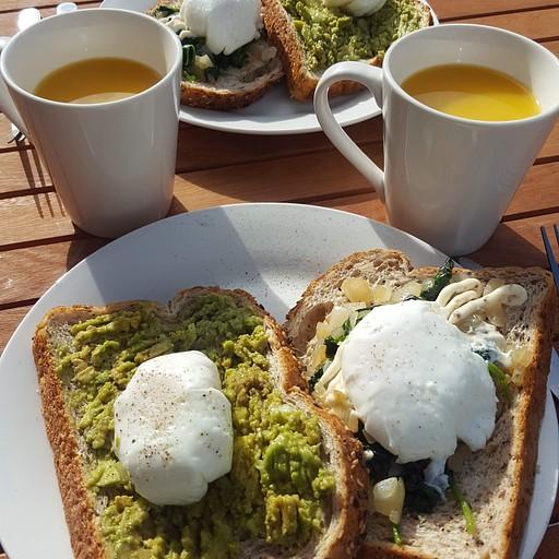 לחם, אבוקדו/תרד עם ביצה אלומה