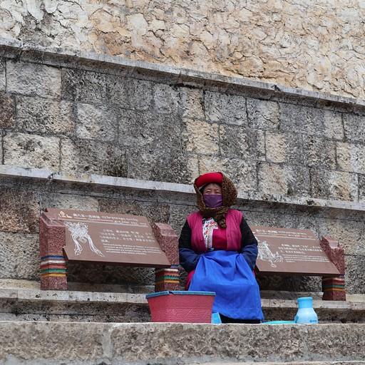 אישה מוכרת יאק יוגורט במנזר סונג-דזאן-לין