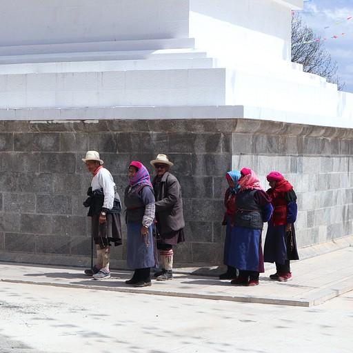 """מתפללים מקיימים את מנהג """"קורה"""" - הליכה סביב סטופות ותפילה בכפר ליד אגם נאפה"""
