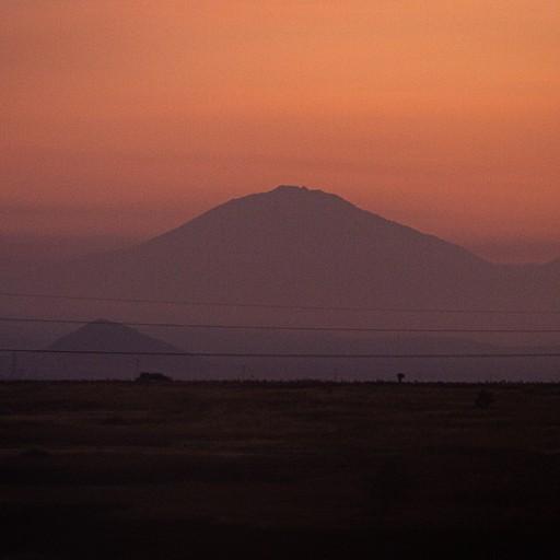 הזריחה על רקע הר מרו