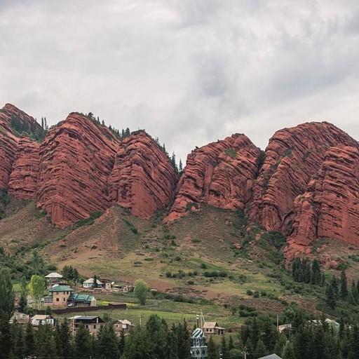 ג'טי אוגוז על רקע ההרים האדומים