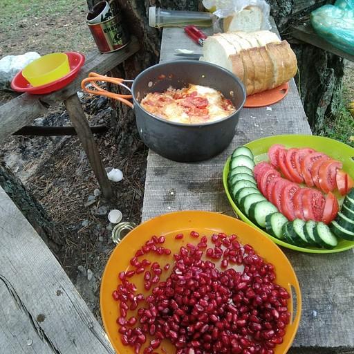 ארוחת בוקר ביער לפני העליה