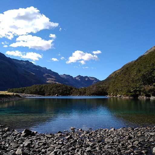 האגם הכחול והמדהים
