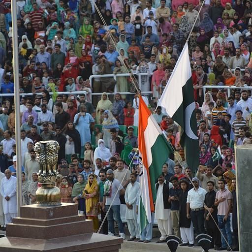 סיכול הדגלים הודו-פקיסטן. ברקע הצופים הפקיסטנים.