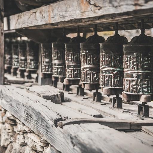 גלגלי תפילה מסורתיים פזורים לאורך כל המסלול ומצטלמים מאוד יפה