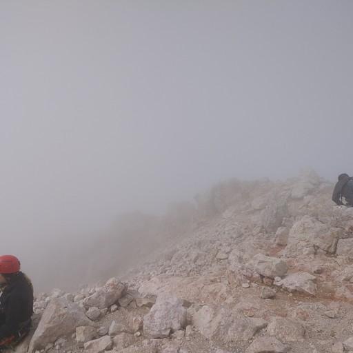 ערפל יש והרבה, אבל חווית הטיפוס לפסגות עדיין שווה את זה. (בפסגת הטריגלב)