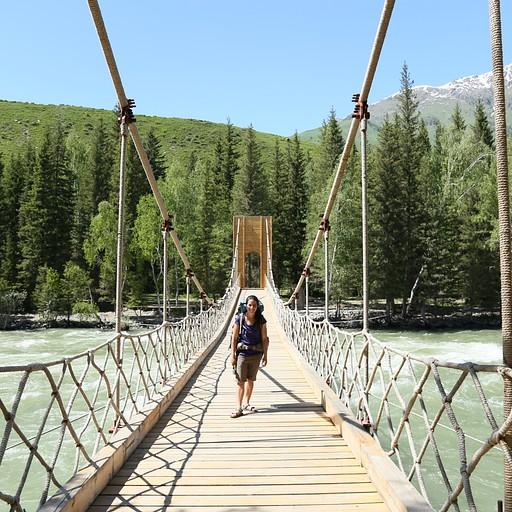 חציית הגשר מהכפר לתחילת הטיפוס לתצפית