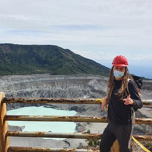 הר הגעש Poas: תצפית למכתש/לוע הר געש בתוכו לגונה.