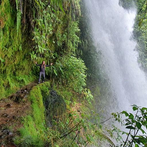 נקודת חן בדרך - La Paz Waterfall  מפל גדול ומרשים שנמצא ממש על הכביש, וניתן להיכנס מאחוריו.