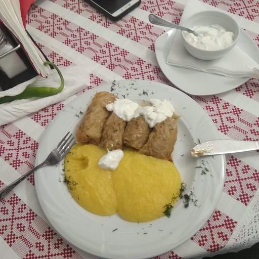 ממליגה וסראמלה (ממולאי כרוב בבשר חזיר). מעדן מקומי
