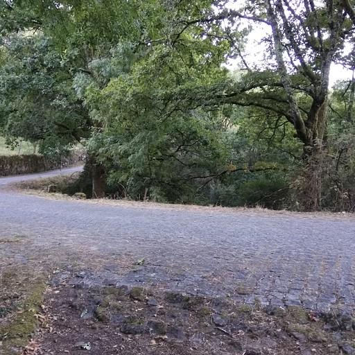 דרך ההרים בין הסכר לאזור המערבי. חלקים רבים מהדרך מרוצפים.